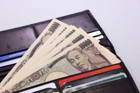 財布と万札